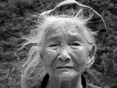Una china de 73 años mueve un camión pesado con sus dientes